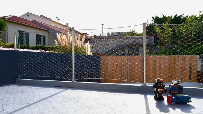 Recomposition intérieure d'une maison marseillaise avec extension contemporaine : extension-contemporaine-villa-marseille-toiture-terrasse-gardecorps-filet-jolie-rouge-brocante-jeremy-azzaro-architecte