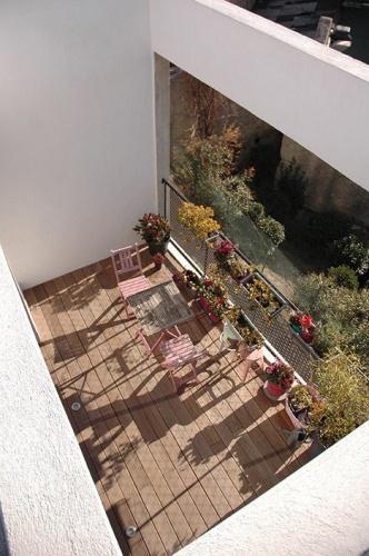 Maison de ville en béton : Terrasse du R+2 vue depuis le toit terrasse accessible