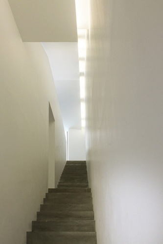 Maison de ville en béton : Escalier intérieur sur 2 volées