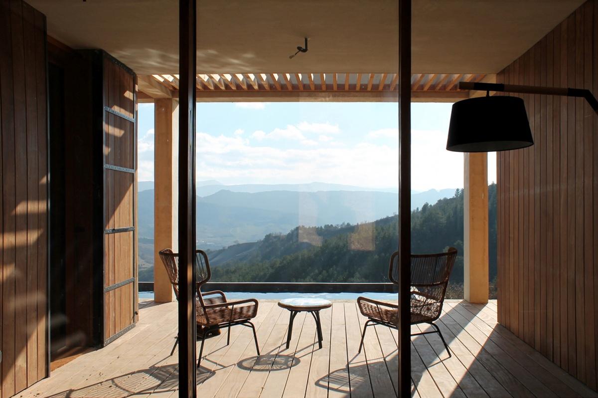 Maison de vacances béton et ossature bois : Vue depuis l'entrée